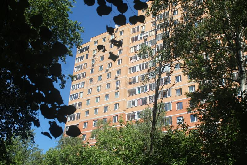 Gang aan Korolev Het ziekenhuispark en Makarenko-straathuis stock fotografie