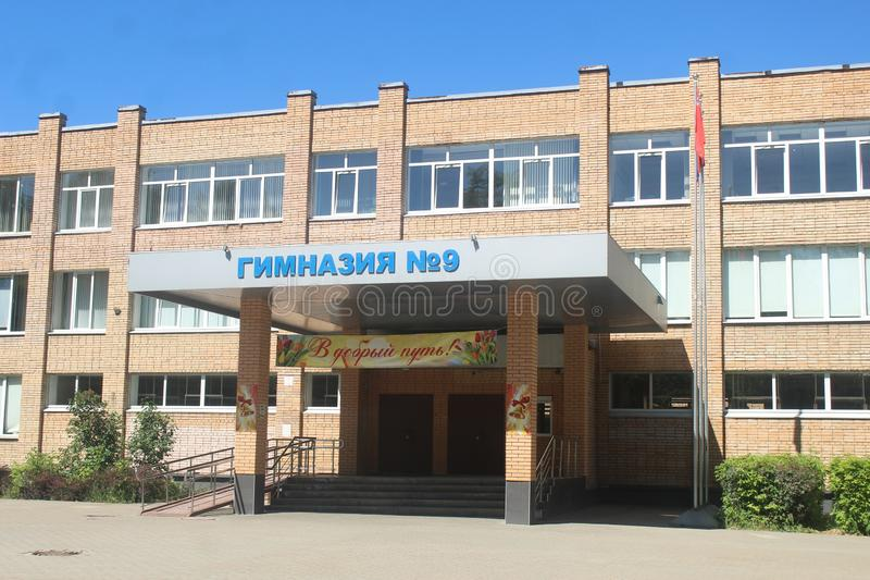 Gang aan Korolev School in Stroiteley-straat stock afbeelding