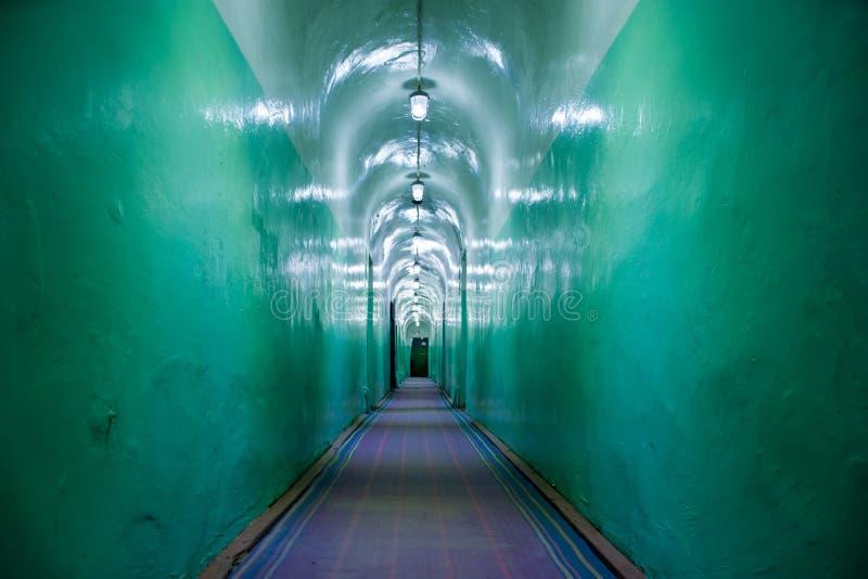 Gang in asiel, atoombomschuilplaats, militaire bunker, bevelhoofdkwartier of gevangenis van Sovjetunie Gang militaire hoppe royalty-vrije stock foto