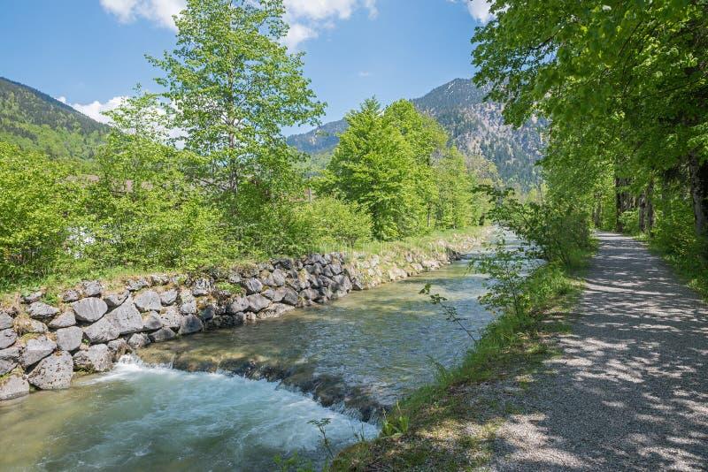Gang bij de rivieroever van rottachrivier, de lentelandschap royalty-vrije stock foto's