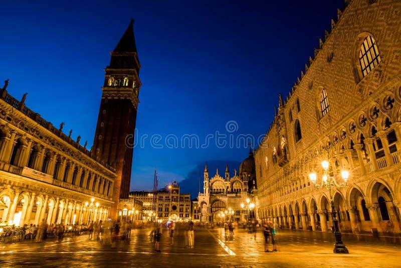 Gang bij nacht op de straten van Venetië stock fotografie