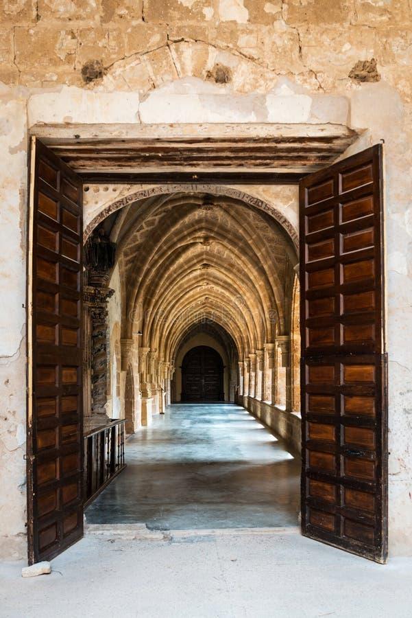 Gang binnen het klooster van het Klooster van Piedra stock afbeelding