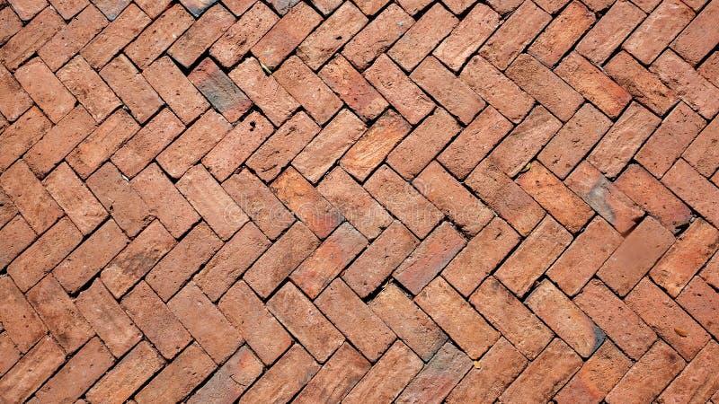 Gang buiten het gebouw van bakstenen wordt gemaakt die Het buitengangpatroon is verfraaid met rode baksteen stock foto's