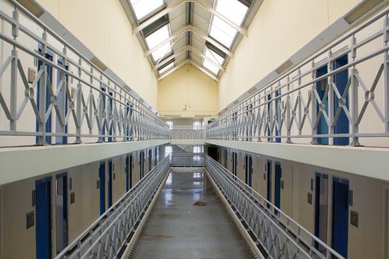 Gang in een verlaten gevangenis stock foto