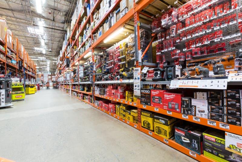 Gang in einem Home Depot-Baumarkt lizenzfreie stockfotos