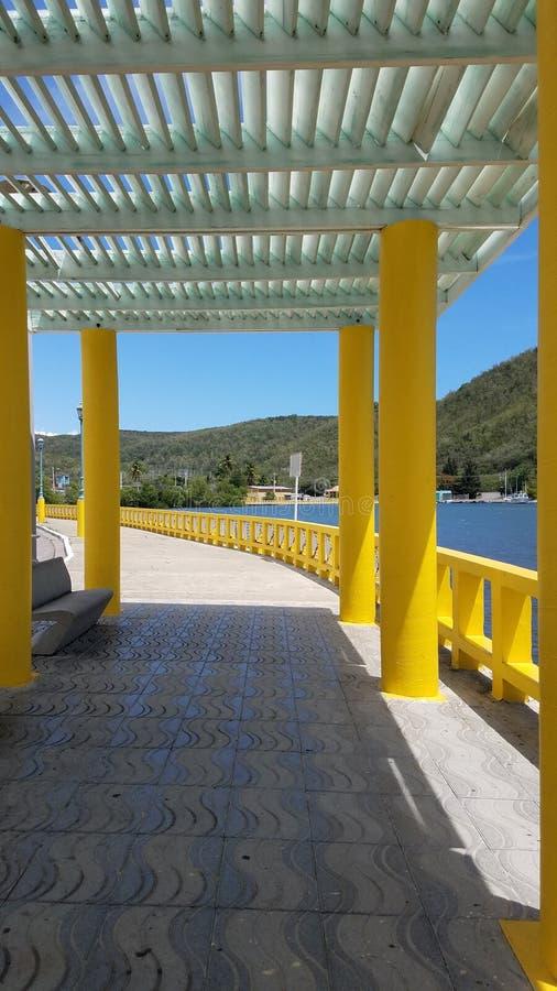Gang en gele kolommen in Guanica, Puerto Rico royalty-vrije stock fotografie