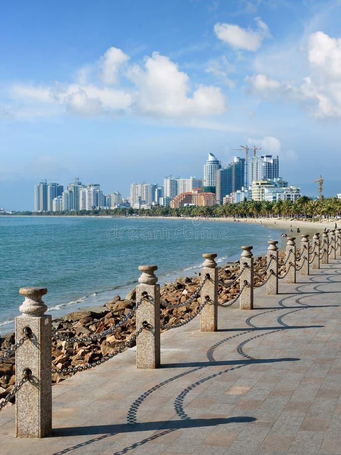 Gang langs de kust op een zonnige dag in tropische Sanya, Hainan-Eiland, China royalty-vrije stock afbeeldingen