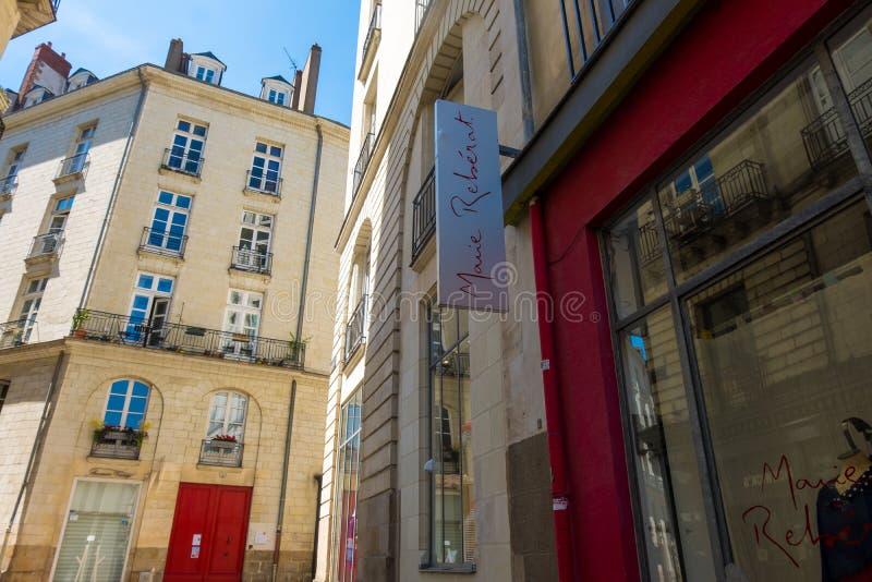 Gang langs de straten van het historische centrum van Nantes, Frankrijk royalty-vrije stock foto's
