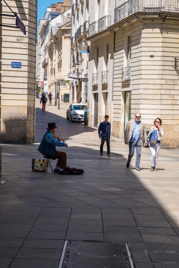 Gang langs de straten van het historische centrum van Nantes, Frankrijk stock afbeelding