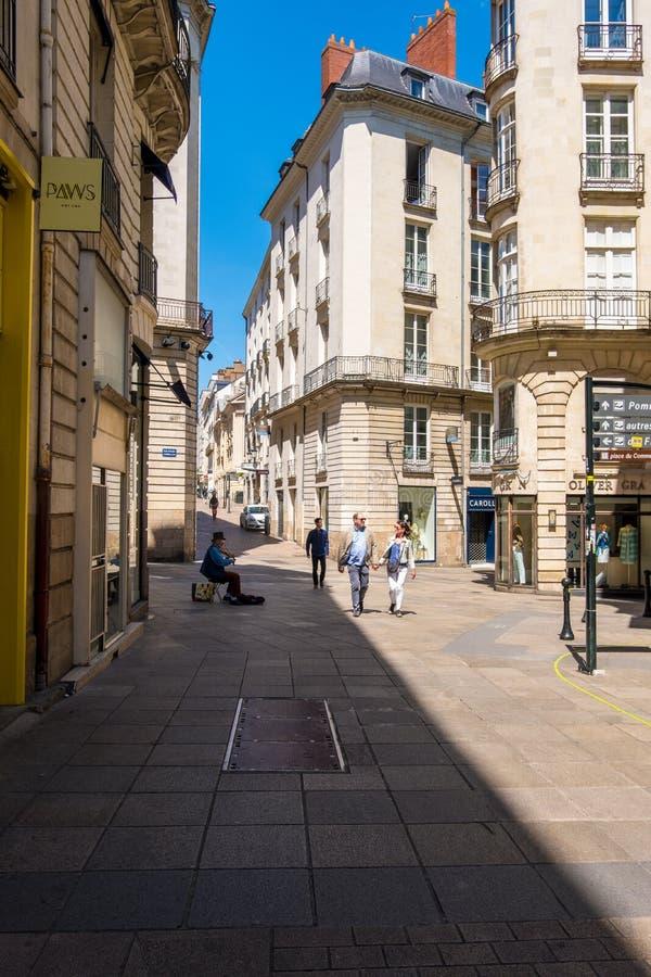 Gang langs de straten van het historische centrum van Nantes, Frankrijk stock foto's