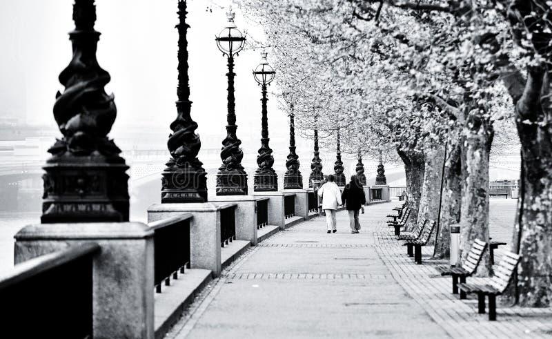 Gang langs de Theems in Londen stock foto