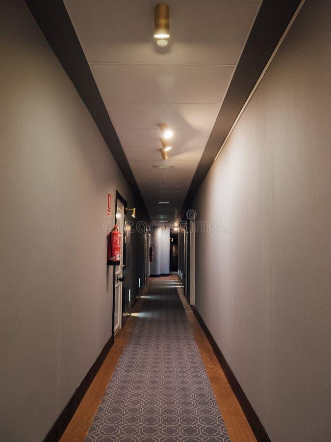 Gang met de ruimten van het luxehotel stock foto's