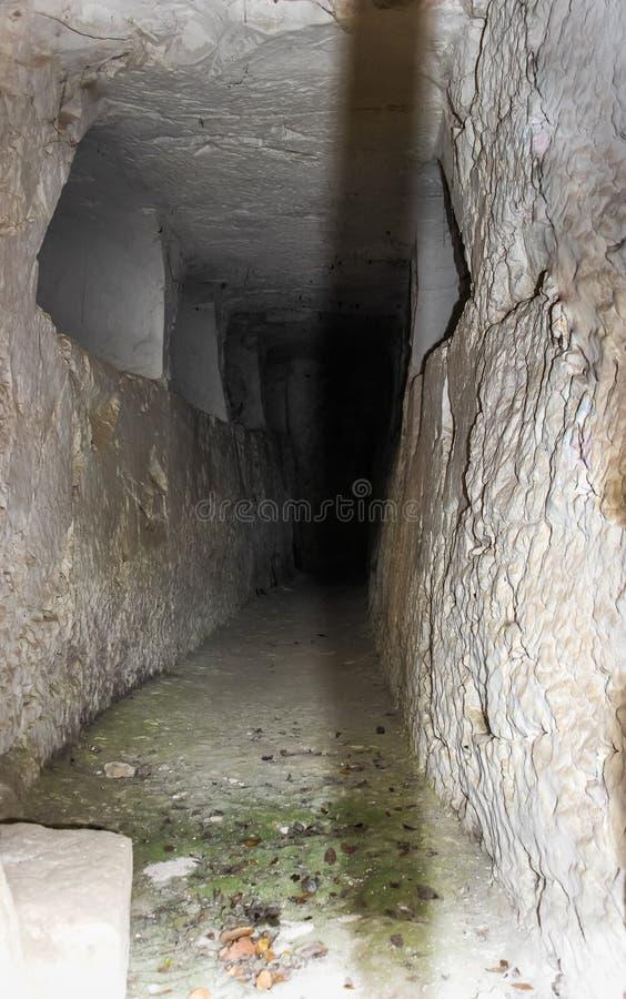 Gang met funerary gebieden in de muur binnen een necropool in het Nationale Park van Bet She ` arim in Kiriyat Tivon c royalty-vrije stock afbeelding