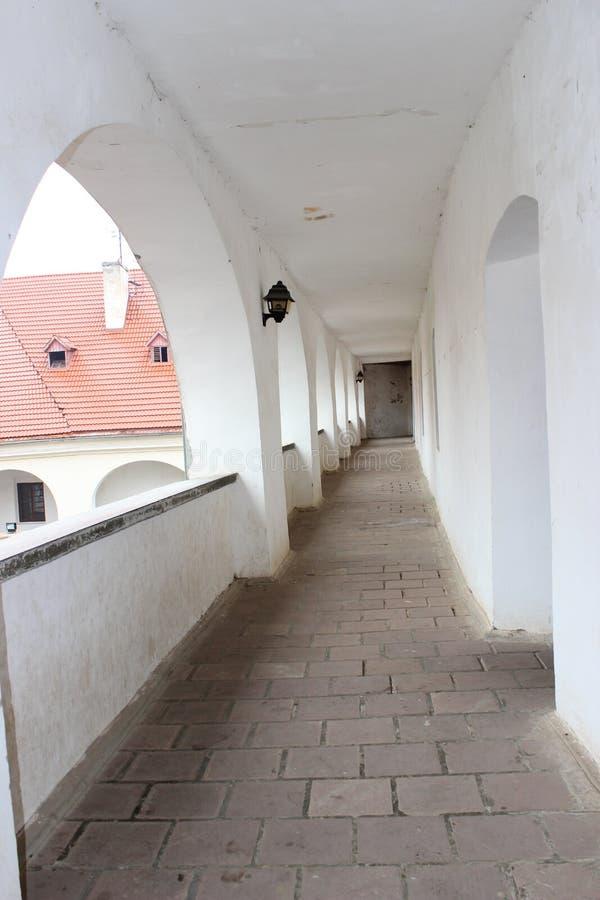 Gang met witte muren stock afbeelding