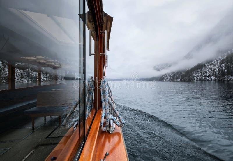 Gang op de boot op meer royalty-vrije stock afbeelding