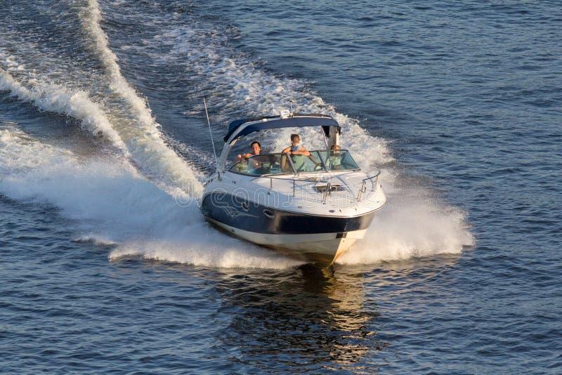 Gang op de snelle witte boot royalty-vrije stock fotografie