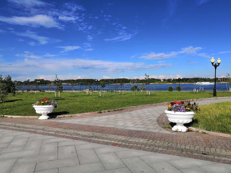 Gang op een Zonnige dag langs de Volga rivierdijk stock foto's