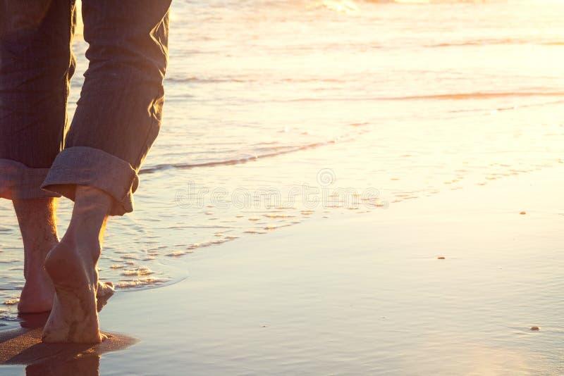 Gang op het strand bij zonsondergang royalty-vrije stock foto