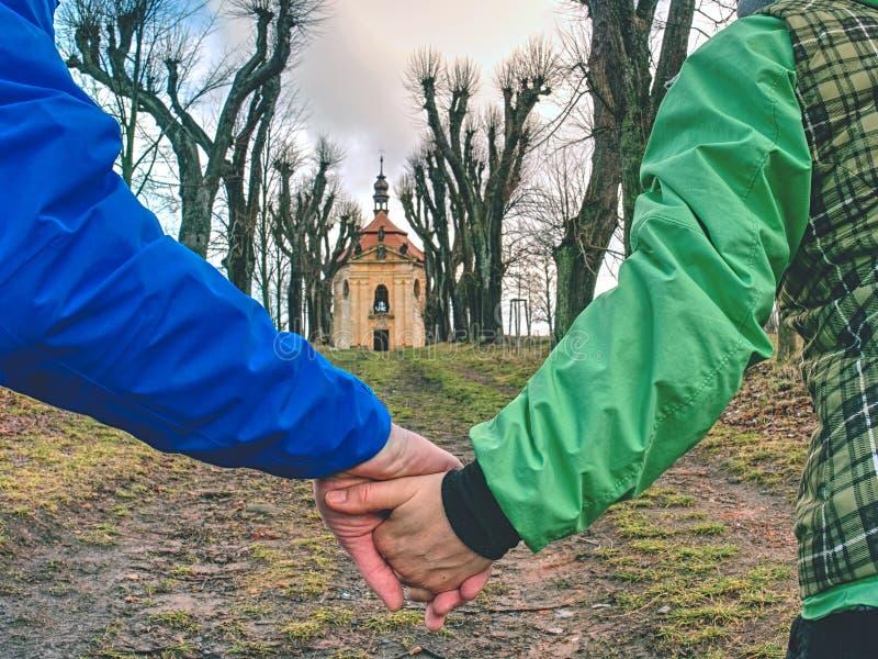 Gang samen Toeristen die handen houden royalty-vrije stock afbeeldingen