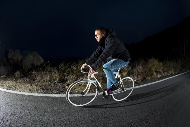 Gang-Sportfahrrad des Radfahrermannes reitenes örtlich festgelegtes am sonnigen Tag auf einem Berg stockfoto