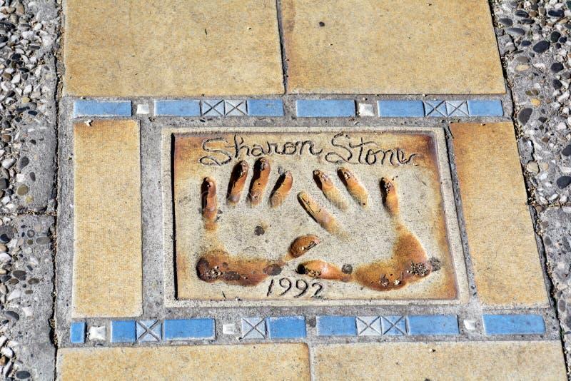 Gang van Bekendheid in Cannes, Frankrijk Sharon Stone-handen royalty-vrije stock foto