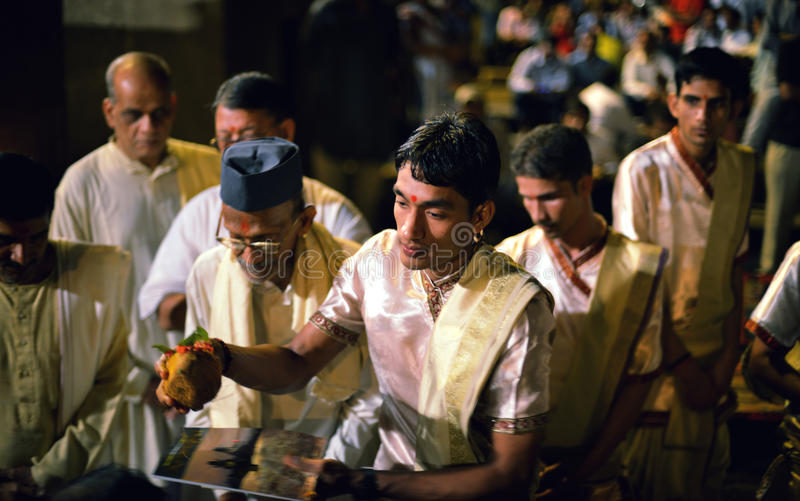 Ganga Aarti Ceremony à Varanasi photographie stock libre de droits