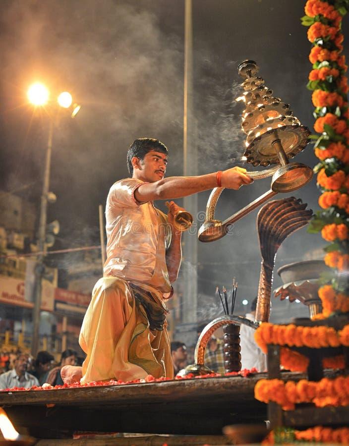 Ganga Aarti Ceremony à Varanasi images stock