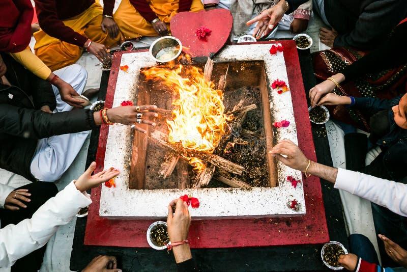 Ganga Aarti Parmath Niketan (Rishikesh) lizenzfreie stockbilder