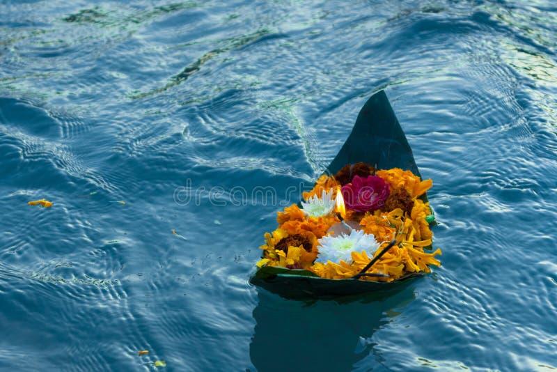 Ganga aarti som svävar i ganga royaltyfria foton