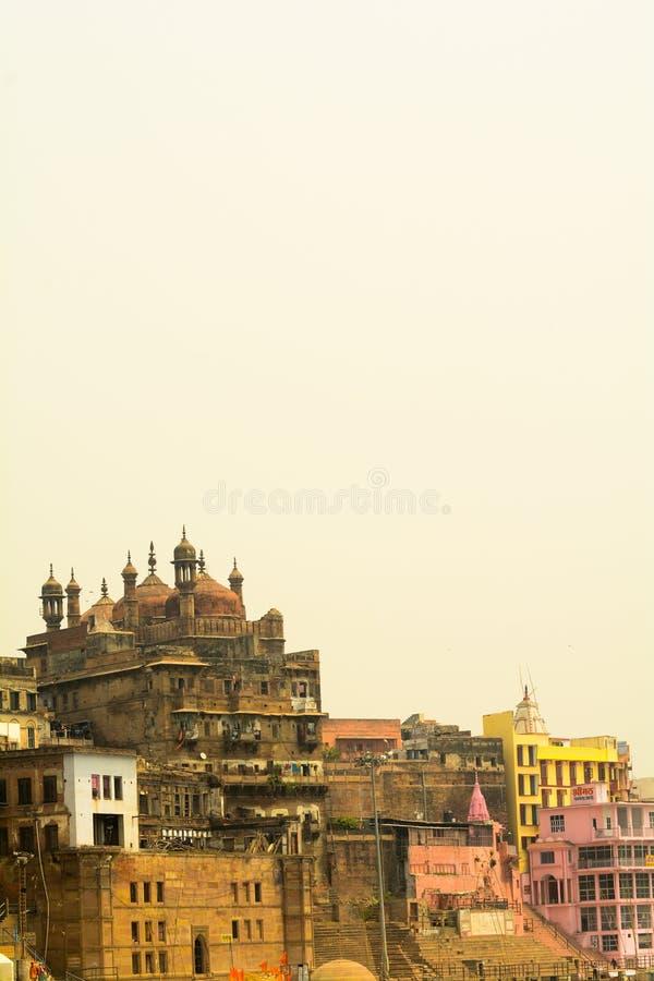 Ganga ghat in benaras India wordt gevestigd dat royalty-vrije stock foto