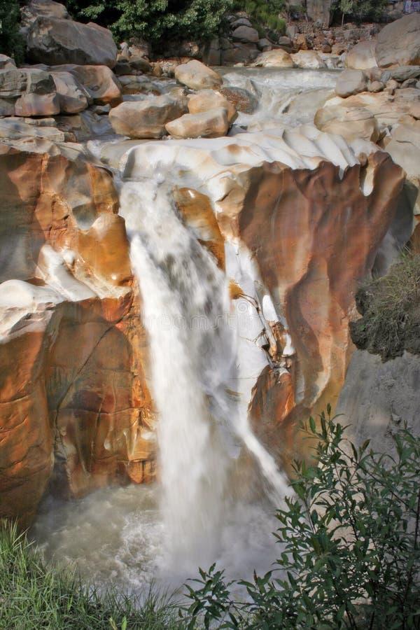 Ganga Rzeczna siklawa przez Powulkanicznych skał India zdjęcia royalty free