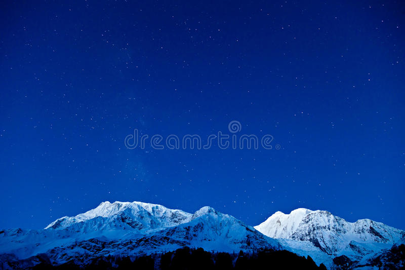 Gangapurna und Annapurna Berge lizenzfreie stockbilder