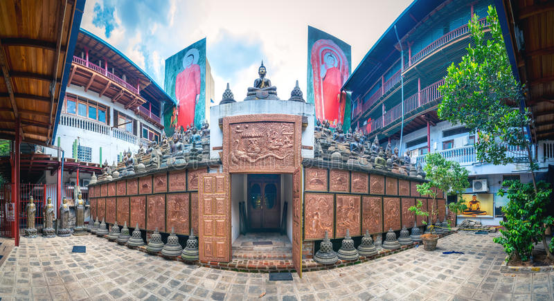 Gangaramaya菩萨寺庙全景在科伦坡,斯里兰卡 库存图片