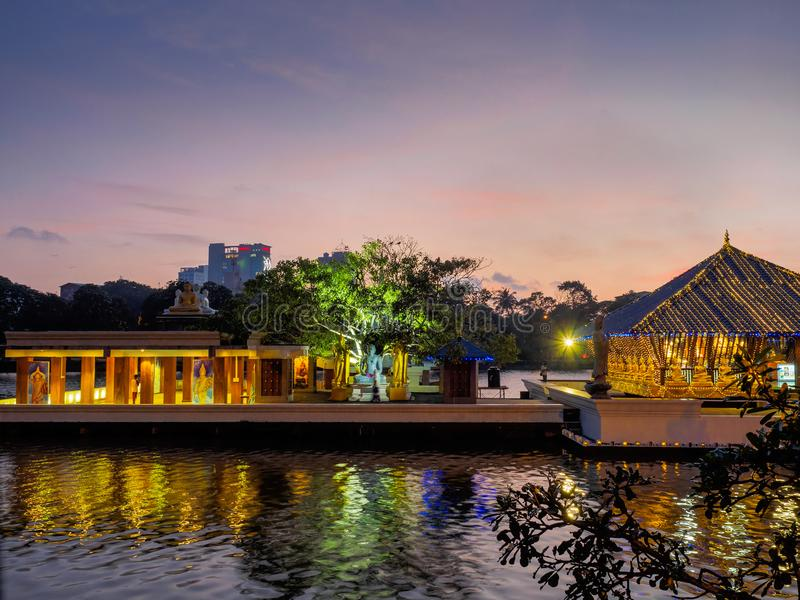 Gangaramaya Seema Malaka寺庙,寺庙在湖,在日落以后 免版税库存照片