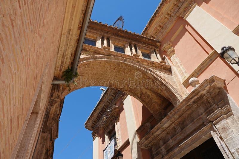 Gangboog tussen Kathedraal en Basiliek in Valencia, Spanje royalty-vrije stock afbeeldingen