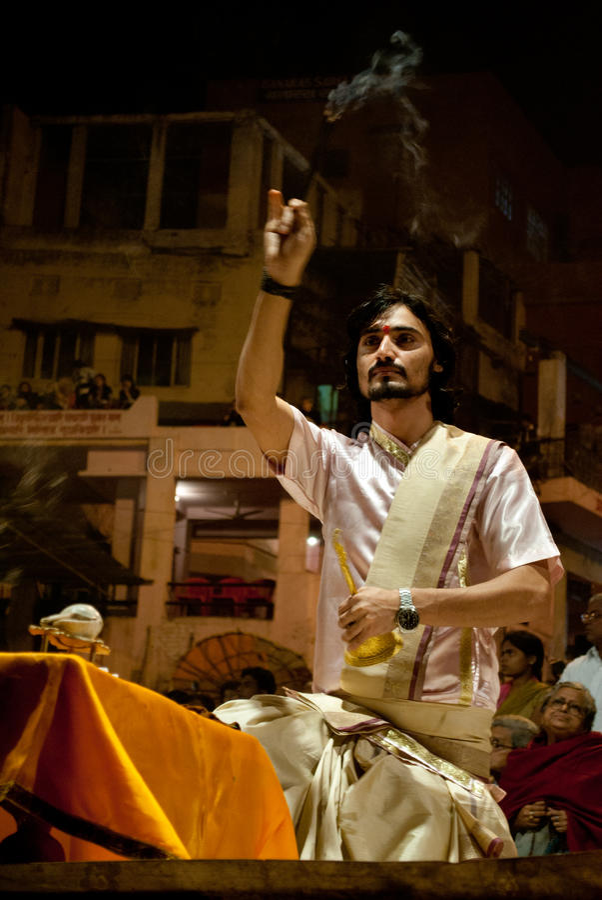 Ganges River Puja Ceremony, Índia de Varanasi fotografia de stock royalty free