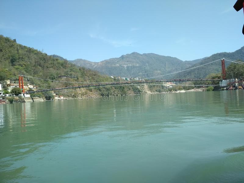 Ganges River que flui em Rishikesh foto de stock