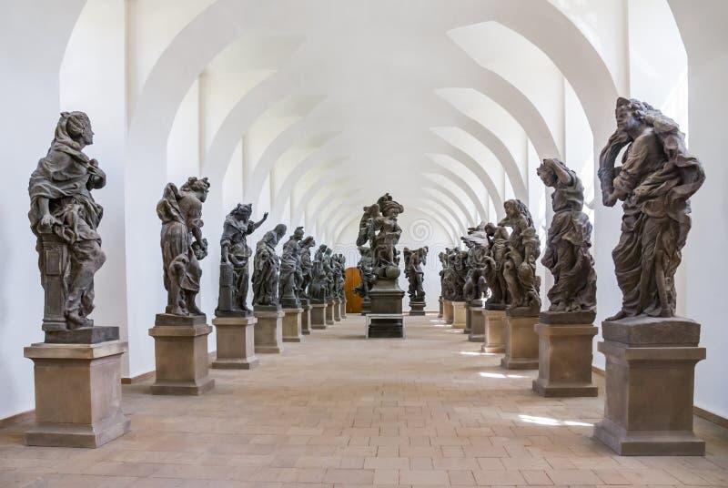 Ganggang met barokke standbeelden wordt verfraaid dat royalty-vrije stock afbeeldingen