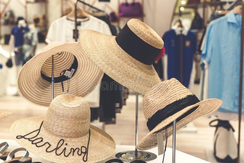 Ganging dei cappelli di paglia nel deposito bali Concetto di viaggio e di compera fotografia stock libera da diritti