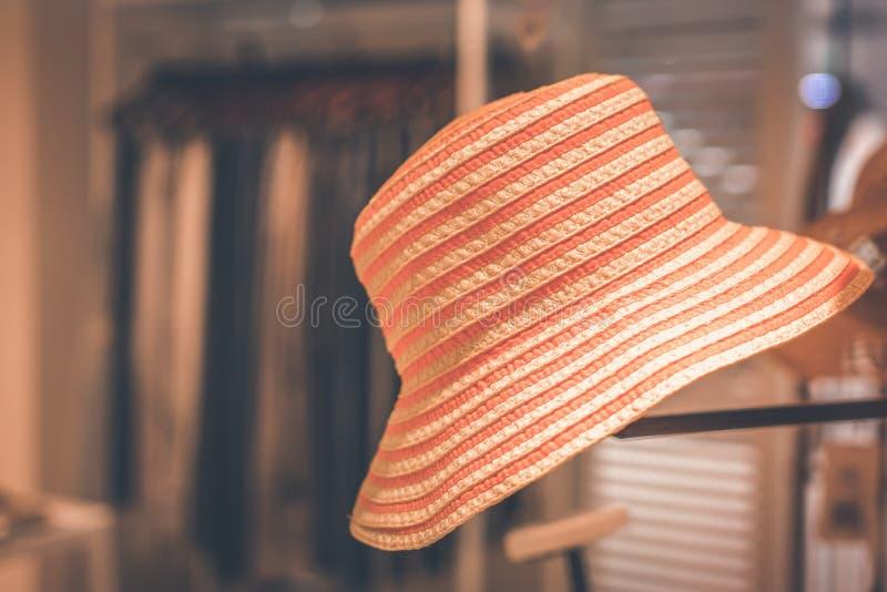 Ganging del cappello di paglia nel deposito bali Concetto di viaggio e di compera fotografie stock libere da diritti