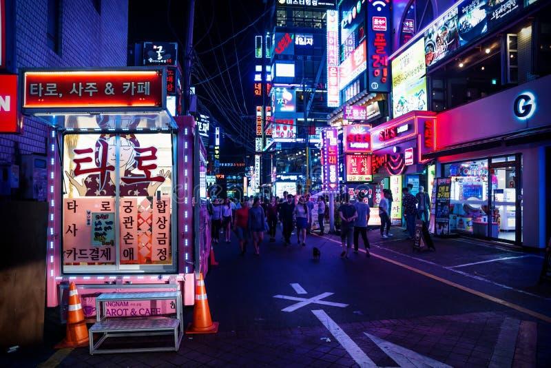 Gangnam zakupy ulica z kolorowymi neonowymi światłami przy nocą, Seul, korea południowa fotografia stock
