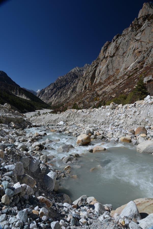 Gangotri, Uttarakhand, Indien Fluss Ganges in Indien lizenzfreie stockfotos