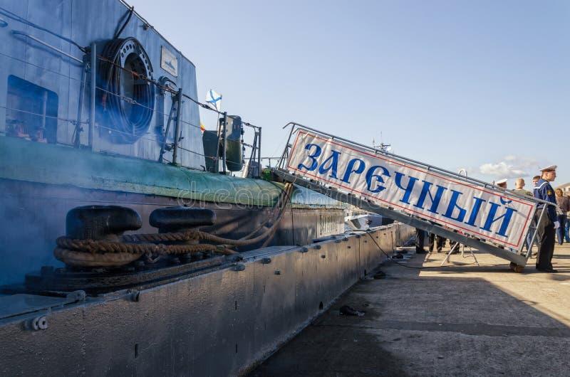 Gangplank okręt wojenny cumował przy Lieutenant Schmidt bulwarem obrazy stock