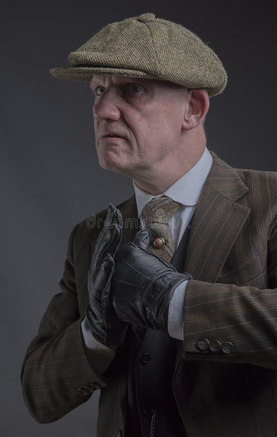 Gangster arrabbiato con i suoi pugni su pronti a combattere fotografia stock libera da diritti