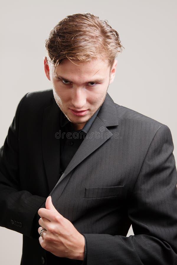 Gangster in der Suite, die eine Gewehr zeichnet lizenzfreies stockbild