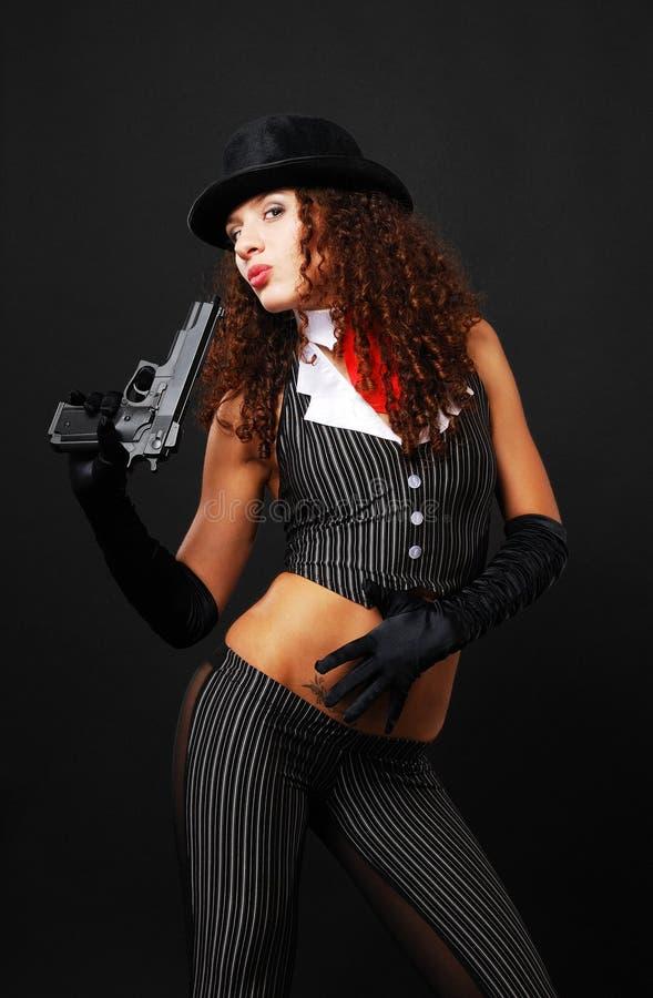 Gangster grazioso con una rivoltella. fotografia stock