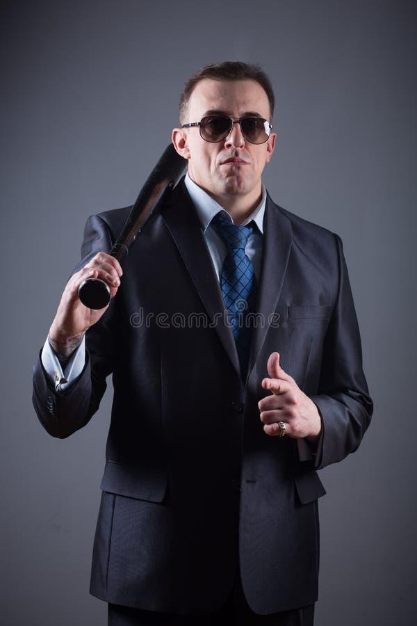 Gangster maschio con la mazza da baseball immagine stock