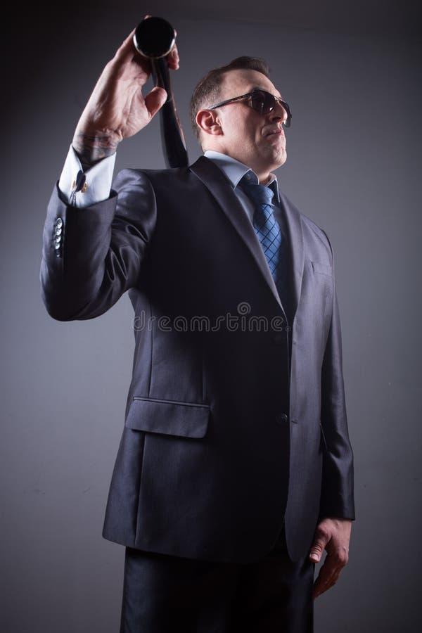 Gangster maschio con la mazza da baseball fotografie stock libere da diritti
