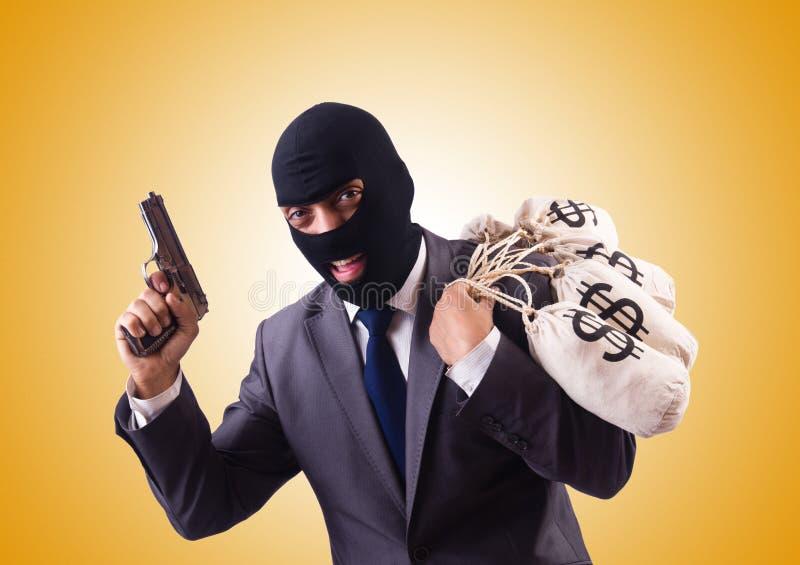 Gangster mit Taschen des Geldes gegen die Steigung stockbild