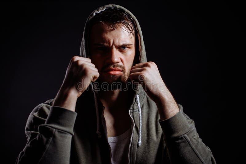 Gangster patrzeje kamerę z zaciskać pięściami obraz stock